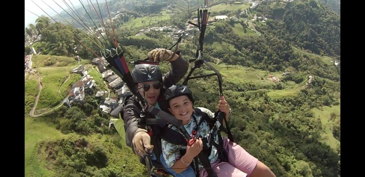 nino_volando_parapaente_en_manizales